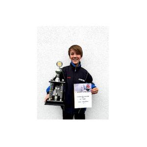 Erster Outdoor-Vereinsmeister, Levi Jaekel, freut sich riesig über den Wanderpokal.